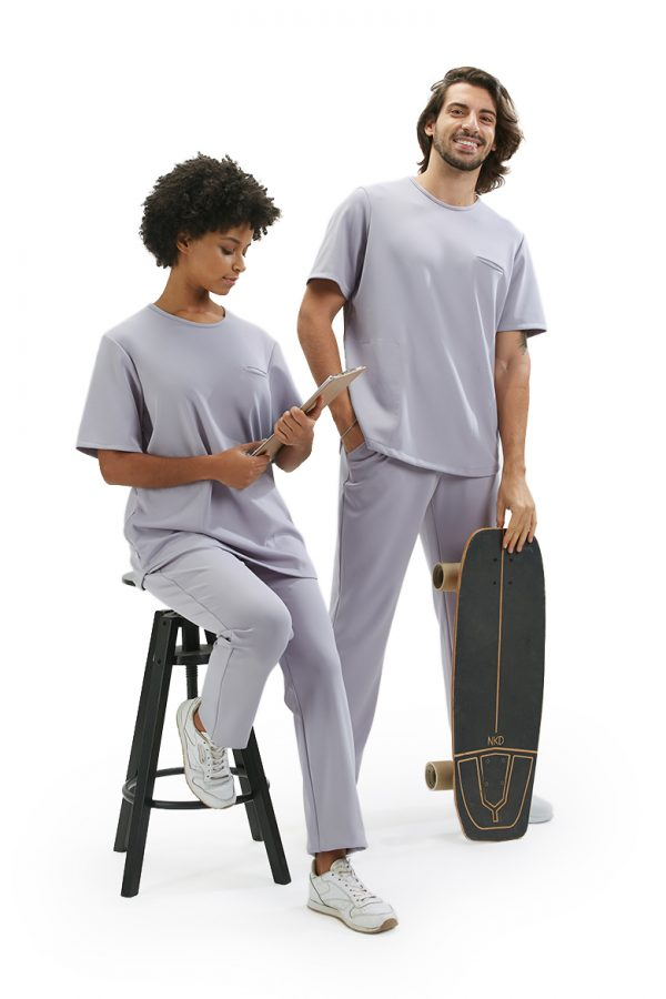 Senhora e senhor vestidos com uma calça unissexo de cor lilás para roupa hospitalar da HISI Collection by Unifardas