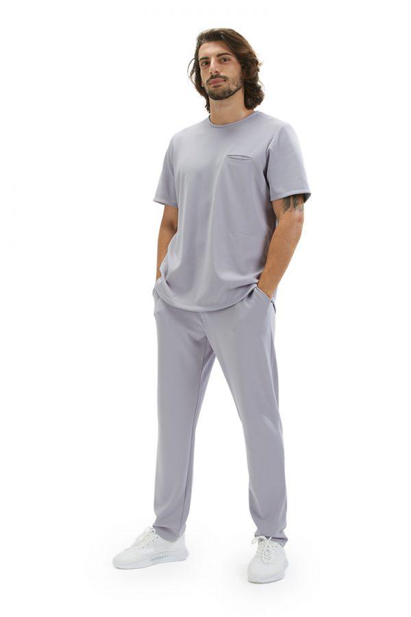 Senhor vestido com uma calça da hisi collection para roupa hospitalar