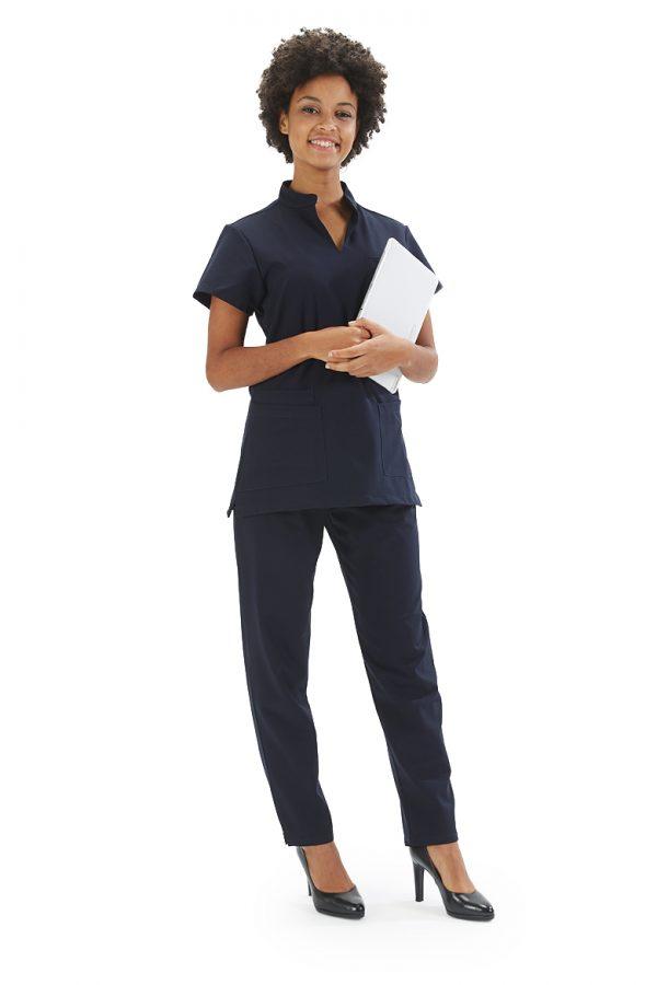 Senhora vestida com uma calça para fardas de dentista da marca Hisi Collection