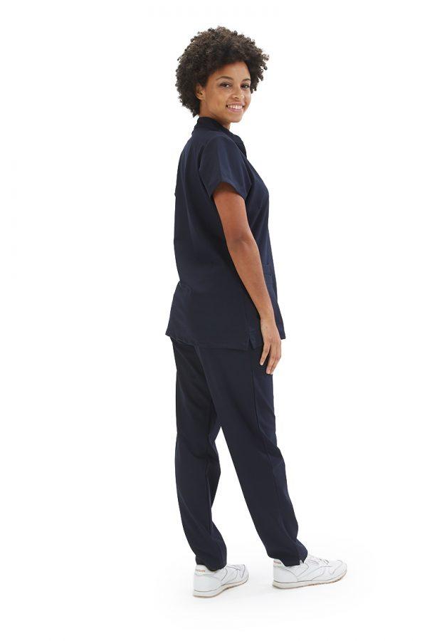 Senhora vestida com uma calça para fardas de dentista com proteção antiviral da marca HISI Collection