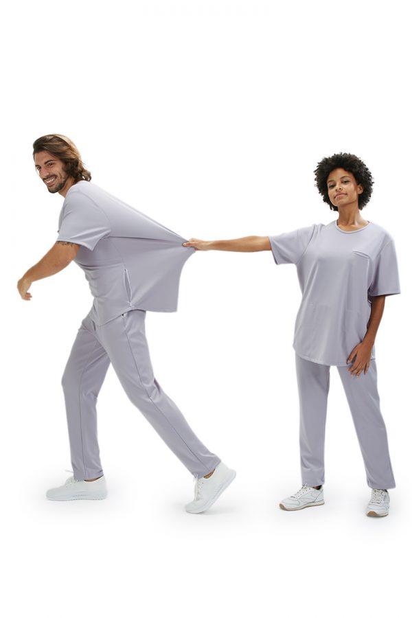 Homem e senhora vestidos com uma túnica para fardas e uniformes de saúde da marca HISI Collection
