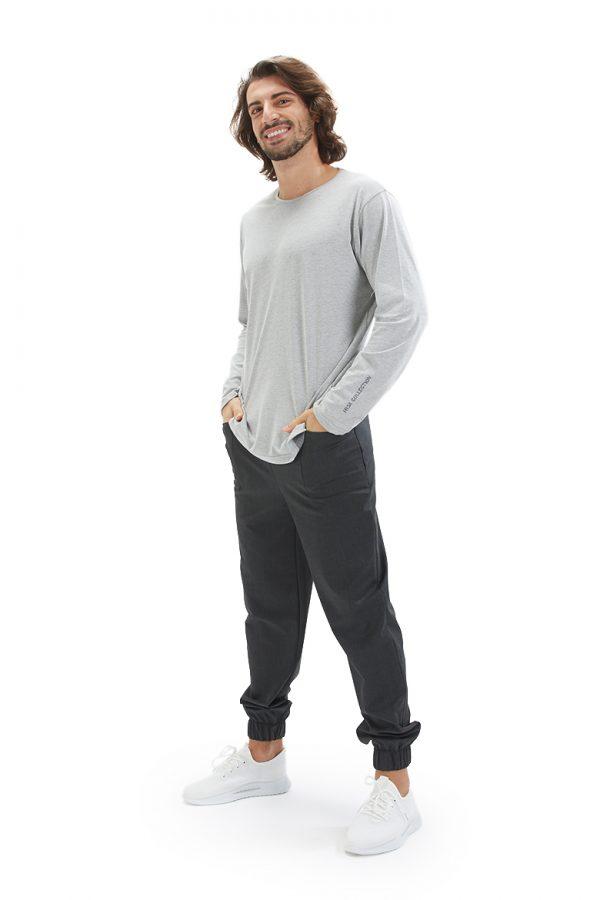 Homem vestido com uma long sleeve masculina para usar por baixo de uma túnica ou bata médica da marca HISI Collection