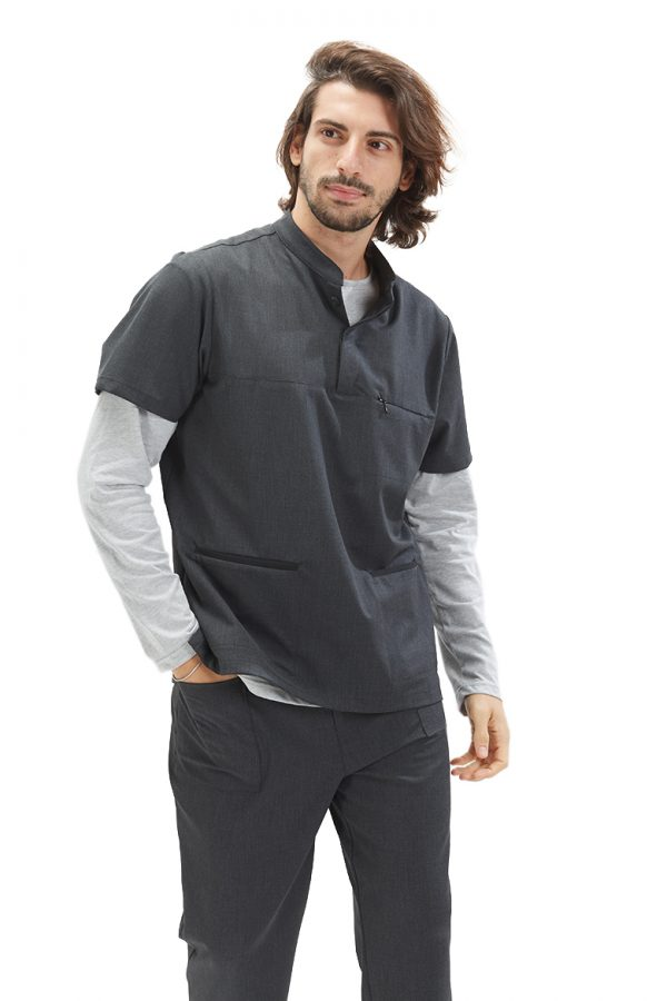 Homem vestido com uma túnica e uma long sleeve para farda de saúde