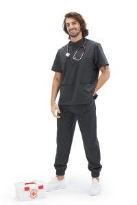 Homem vestido com uma túnica para farda de enfermagem da marca HISI Collection