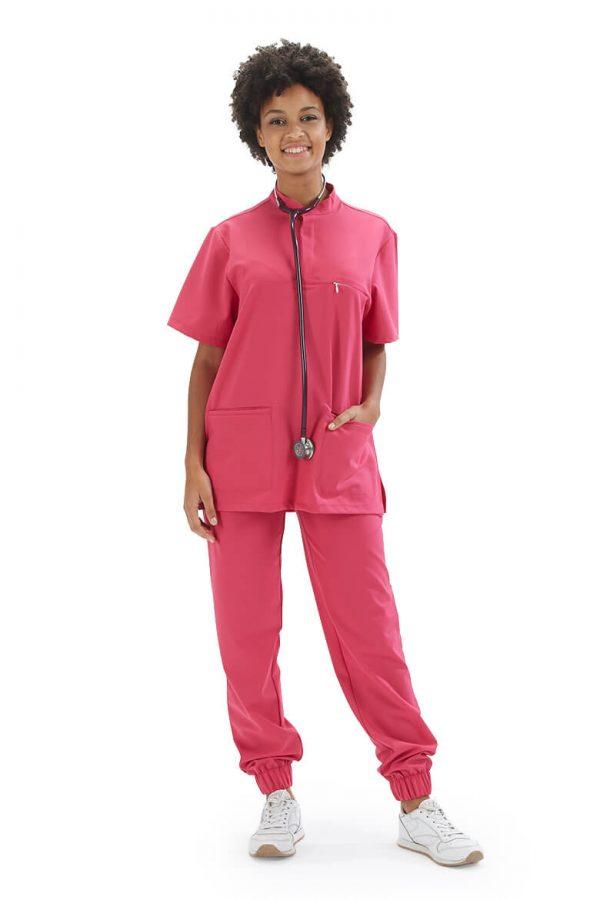 Senhora vestida com uma túnica cor de rosa para farda de enfermeira