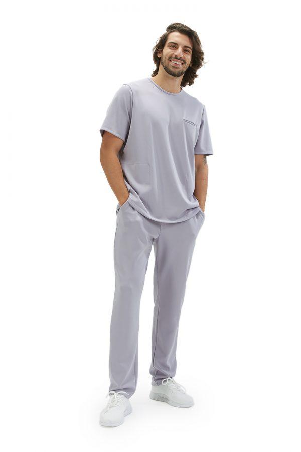Homem vestido com uma túnica unissexo para ser usado como fardas e uniformes de saúde da marca HISI Collection