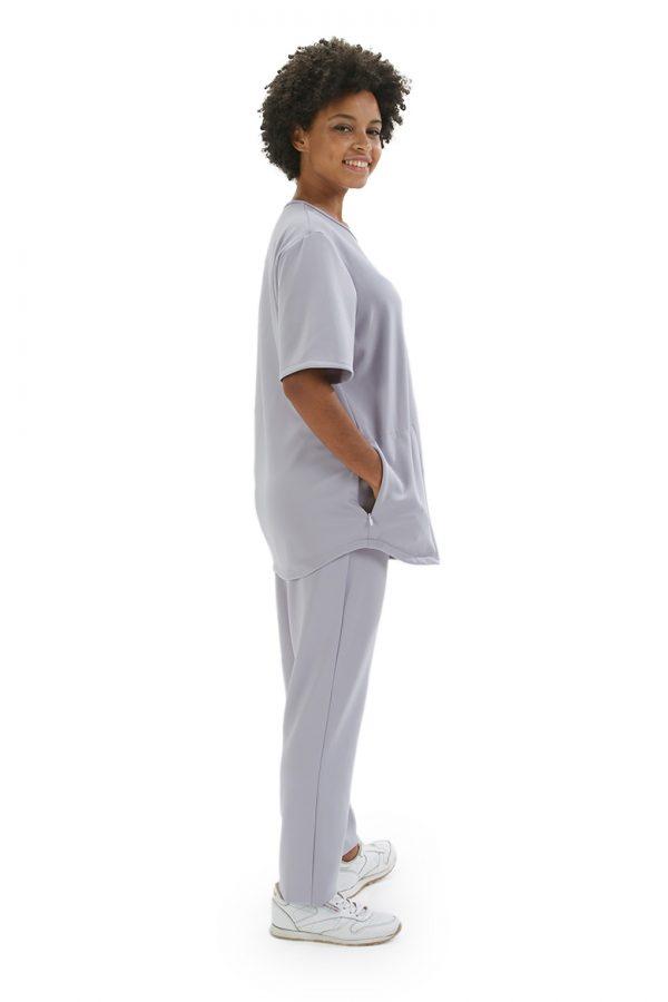 Senhora vestida com uma túnica unissexo para fardas e uniformes de saúde