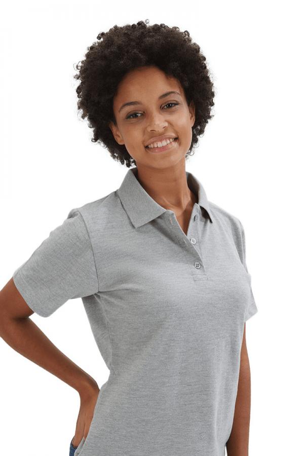 Senhora vestida com um polo feminino para vestuário profissional