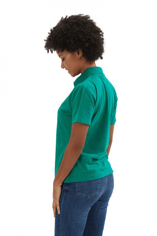 Senhora vestida com um polo feminino de cor verde