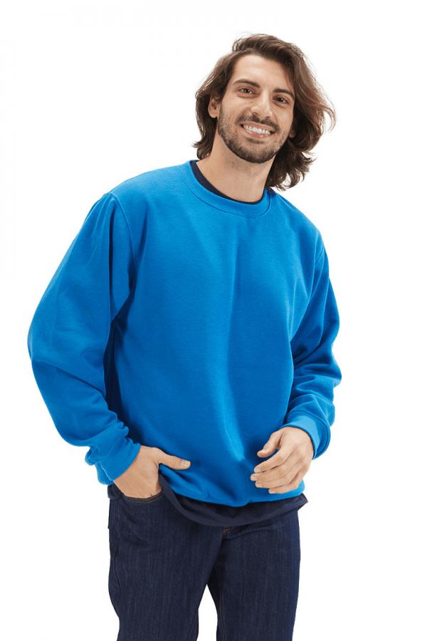 Homem vestido com uma sweatshirt fabricada pela Unifardas