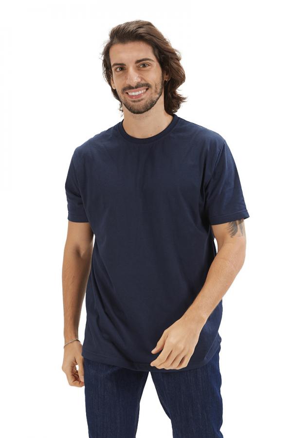 Homem vestido com uma t-shirt para homem para roupa de trabalho