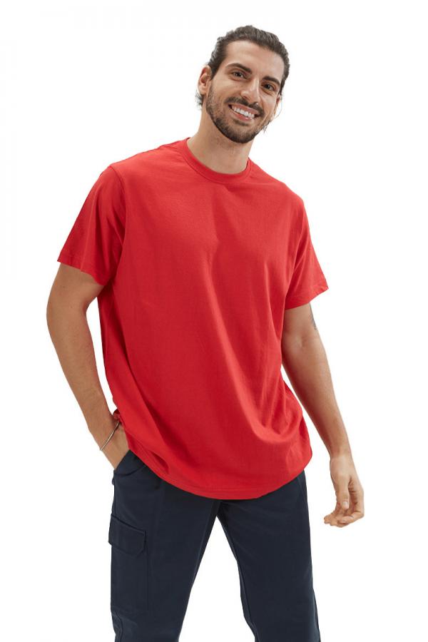 Homem vestido com uma t-shirt para homem de cor vermelha para roupa de trabalho