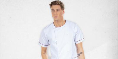 Cozinheiro vestido com uma jaleca para fardas de trabalho