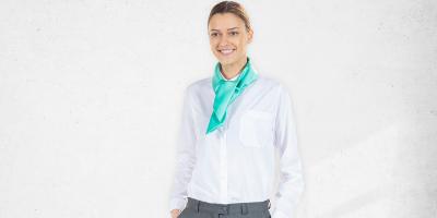 Senhora vestida com uma farda de trabalha ideal para a área dos serviços