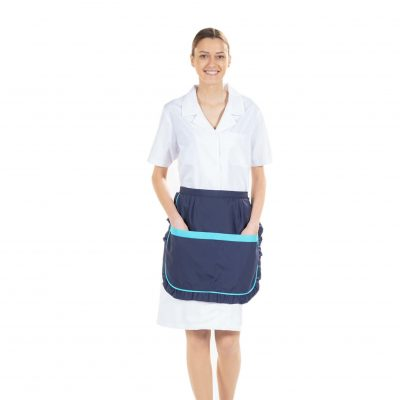 Senhora vestida com bata branca e um dos aventais personalizados da Unifardas para Uniforme de trabalho