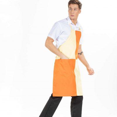 Homem vestido com camisa branca, calça preta clássica e um dos aventais personalizados para Uniforme de Trabalho