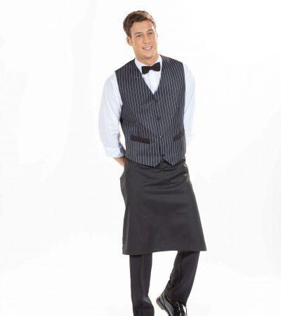 Homem vestido com colete preto, camisa branca, umas calças clássicas pretas e um dos aventais personalizados da Unifardas