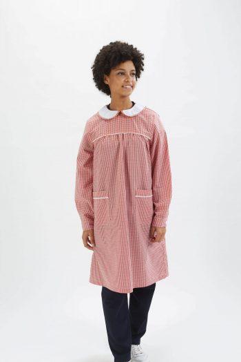 Educadora vestida com uma das batas escolares fabricadas pela Unifardas