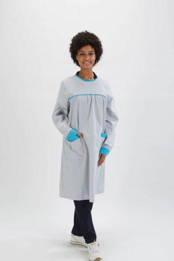 Professora vestida com uma das batas escolares fabricadas pela Unifardas