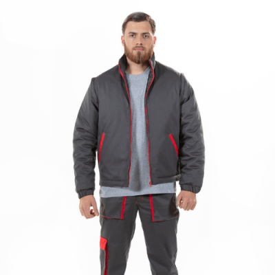 Homem veste um dos casacos de trabalho acolchoados na cor cinza e com contrastes vermelhos para farda
