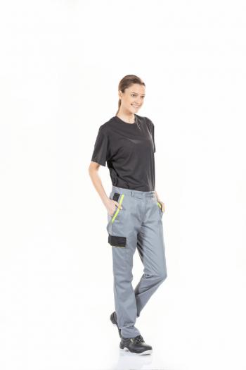 Senhora vestida com umas calças para fardas de trabalho femininas na cor cinza