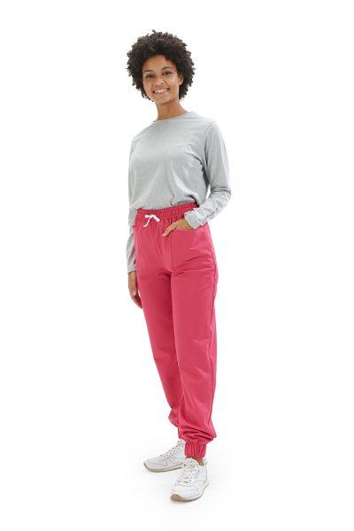 Senhora vestida com umas calças para fisioterapia cor de rosa da mara HISI Collection by unifardas healthcare