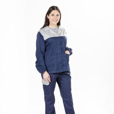 Senhora com um dos casacos de trabalho da Unifardas na cor azul marinha e com contraste a cinza