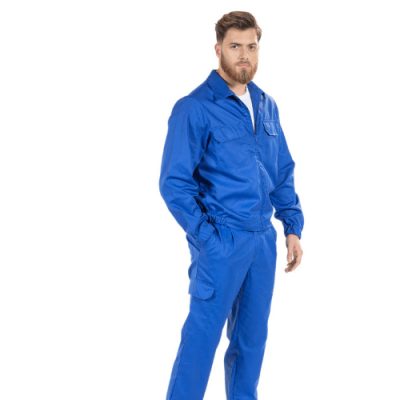 Homem vestido com um dos casacos de trabalho produzido pela Unifardas