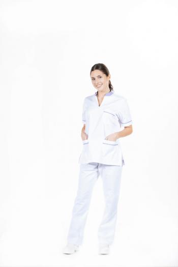 Senhora vestida com uma das fardas de trabalho femininas para área da saúde