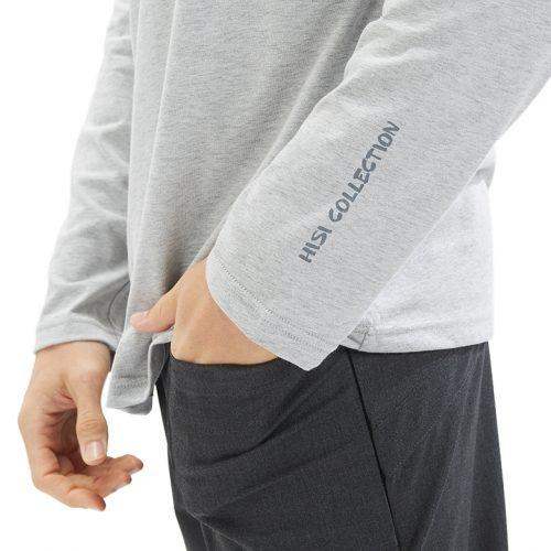 Detalhe do estampando da long sleeve masculina para ser usado por baixo de uma túnica ou bata médica